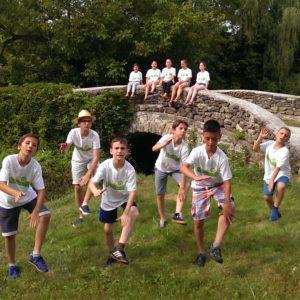 Kapolcska dal táncos gyerekek Kalapos híd előtt