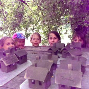 gyerekek agyag házikókkal